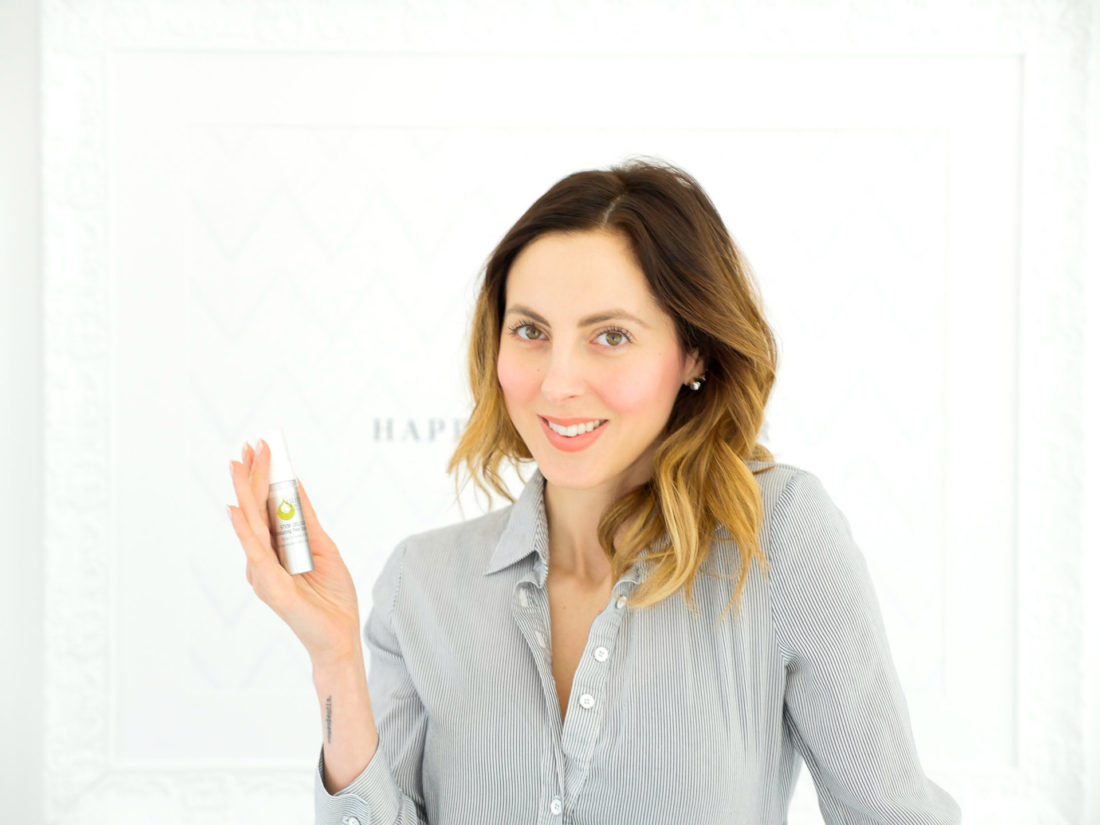 Eva Amurri Martino tests out an exfoliating facial product