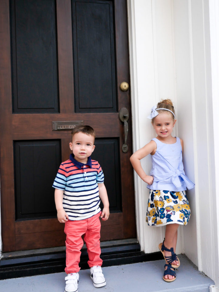 Eva Amurri Martino's children Marlowe and Major pose in front of a house in Charleston