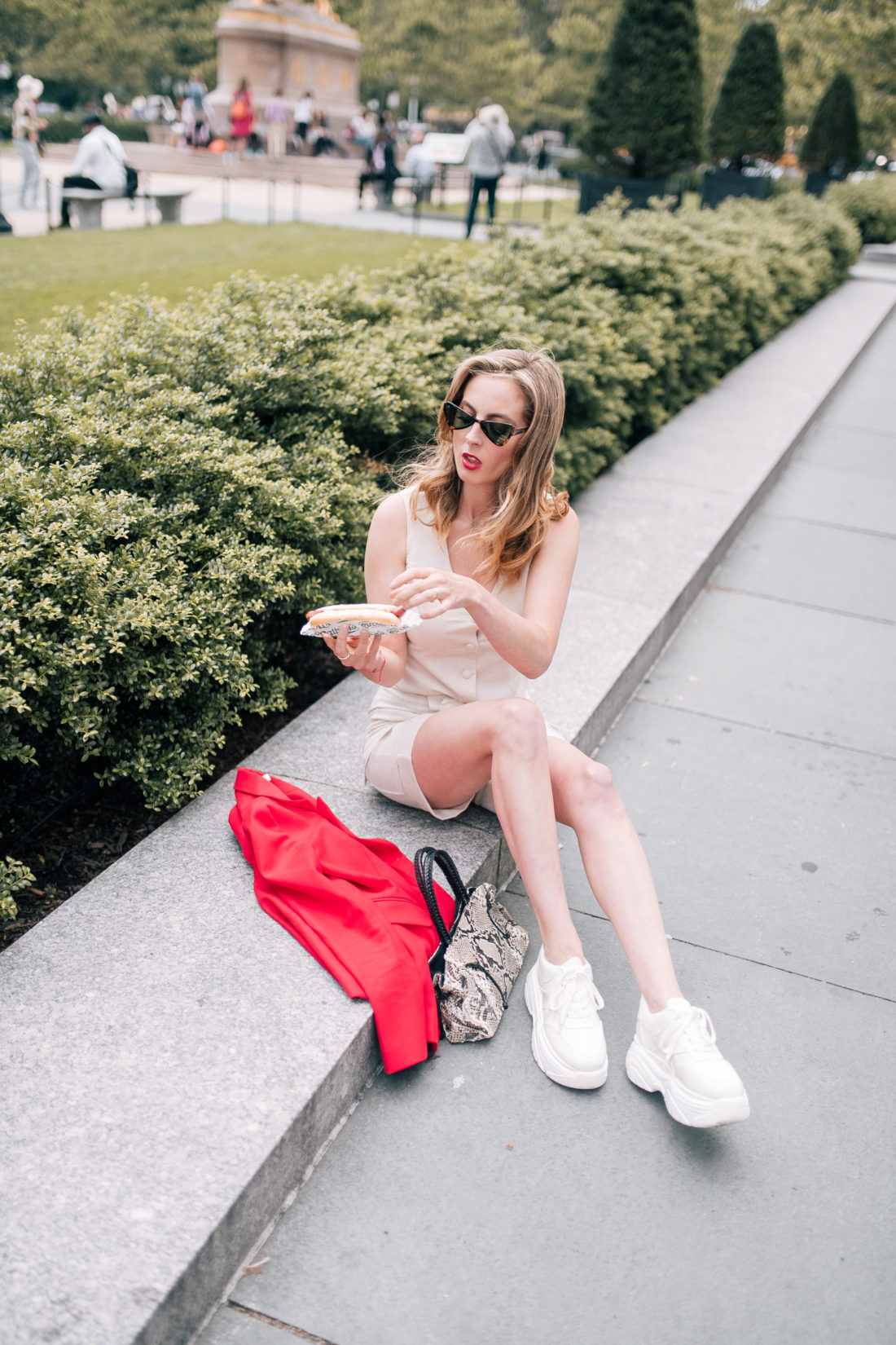 Eva Amurri martino eats a hot dog on the streets of NYC