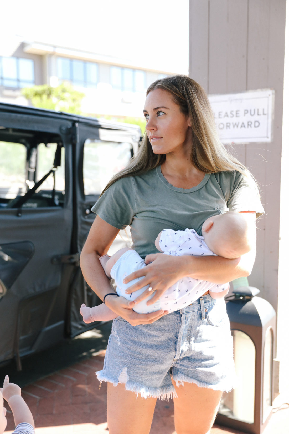"Blogger Liz Ariola ""Mrs. Nipple"" breastfeeds her son"